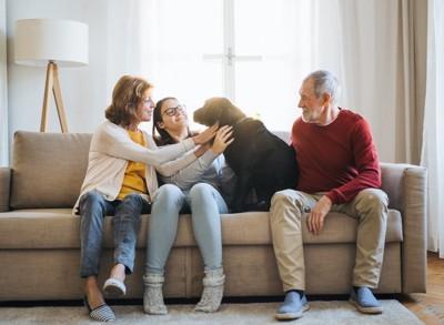 ソファで寛ぐ家族
