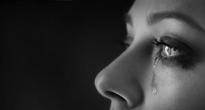 涙を流している女性の顔アップ