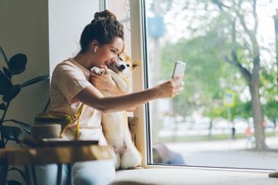 犬と写真を撮る女性
