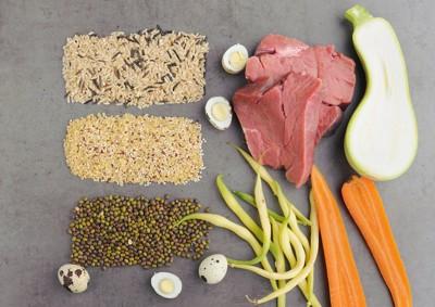 穀類、豆類、肉、野菜などの食材