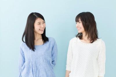 仲良く話している二人の女性