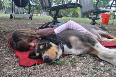 人と寝そべる犬