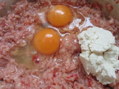 鶏挽き肉に卵などを混ぜた写真
