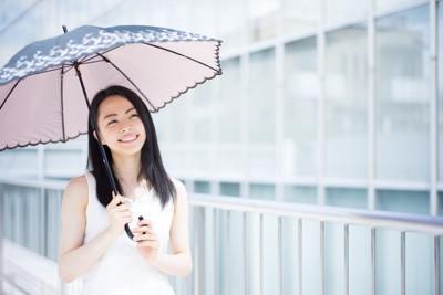 傘を差している女性