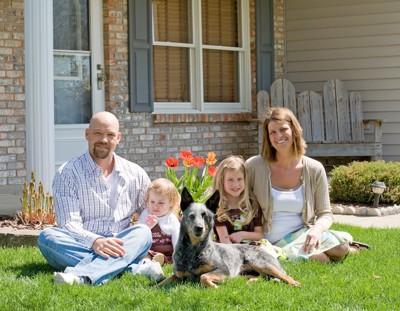 庭でくつろぐ家族と犬