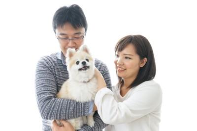 犬を抱いて可愛がる夫婦