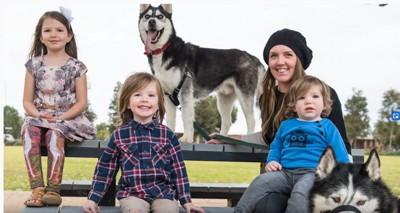 子供と女性と2匹のハスキー犬