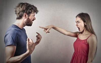 喧嘩する男女