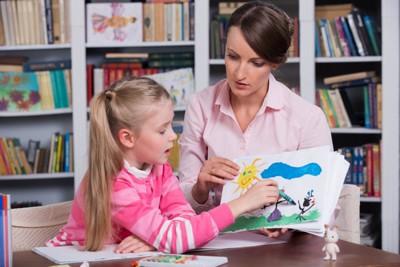 児童セラピストと女の子