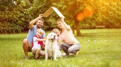 人の家族と外にいる犬