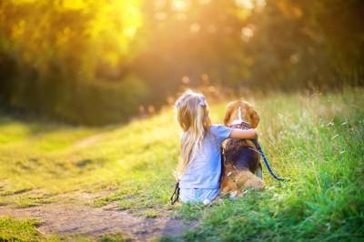 犬を抱きしめる子供
