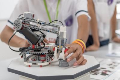 ロボットを構築中の学生