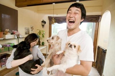 幸せそうな家族の犬たち