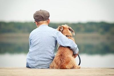 肩を組む犬と男の子