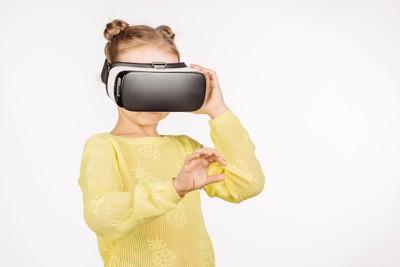 VRグラスをつけた女の子