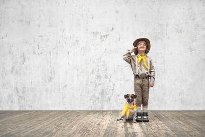 ボーイスカウトの子供と犬