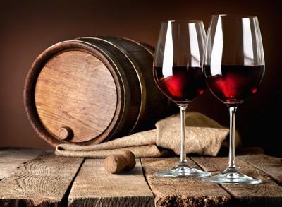 ワインの入ったグラスとワイン樽