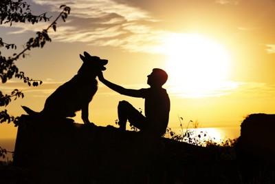 男性と犬のシルエット