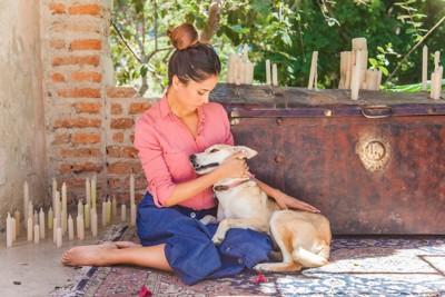 寄り添う犬と女性
