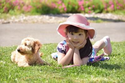 帽子をかぶった女の子と犬
