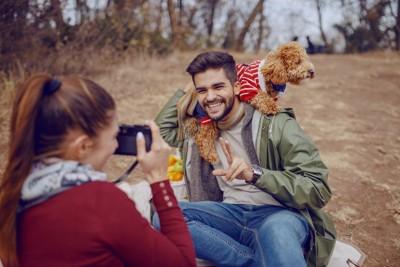 飼い主さんと写真を撮る犬