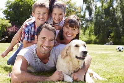 ゴールデンと家族写真