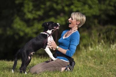 オーバーアクションの女性と犬