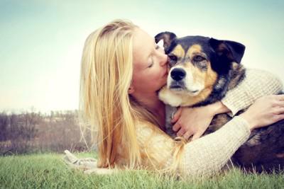 犬にキスをする人