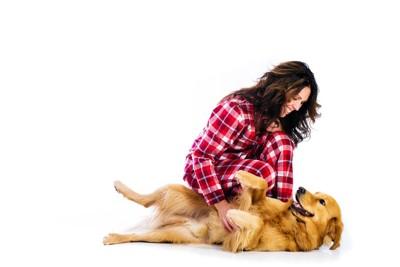 女性に甘える犬