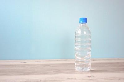 テーブルの上に置かれているペットボトル