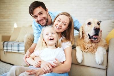 幸せな家族と犬
