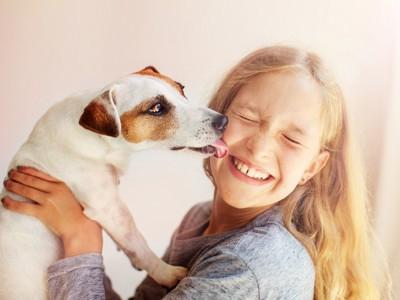 飛びついた人を舐める犬