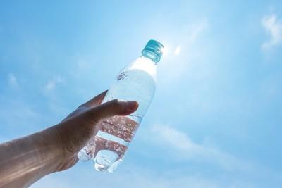 水の入ったペットボトル