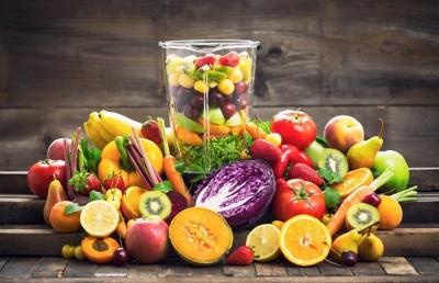 大量の野菜&果物とミキサー