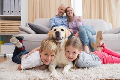 仲良しの家族の中心にいる犬