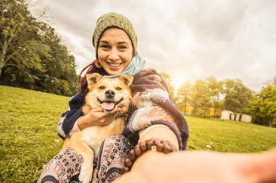 笑顔の女性と垂れ耳の犬