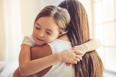 お母さんに抱きつく女の子