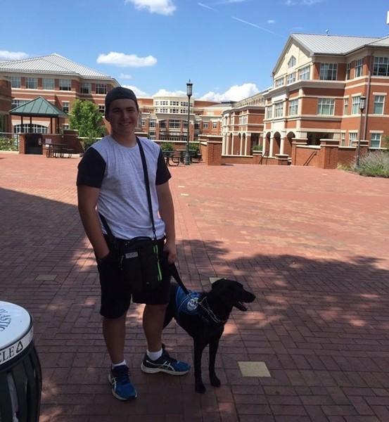 立っている犬と男性