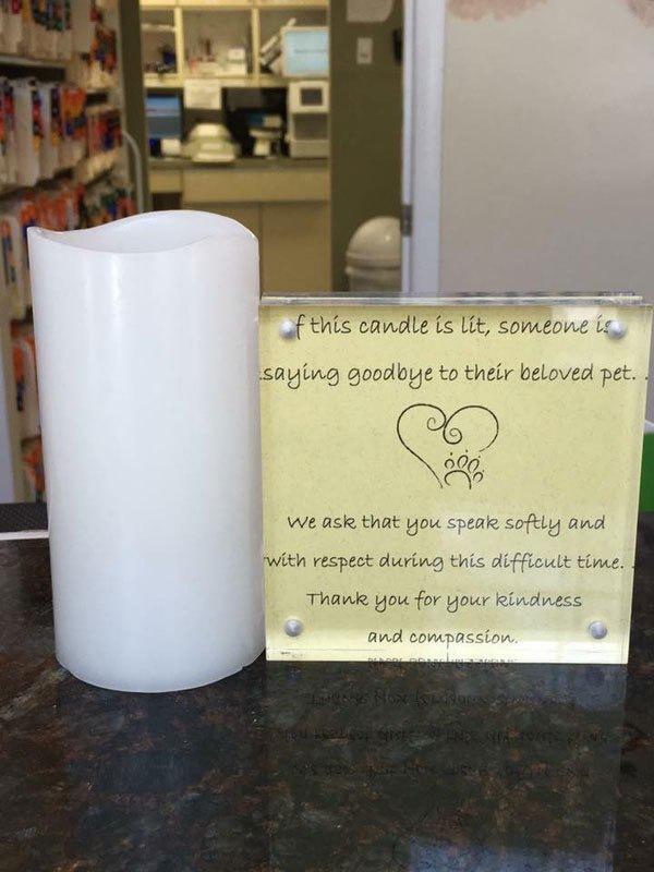 白い蝋燭と黄色いメッセージボード